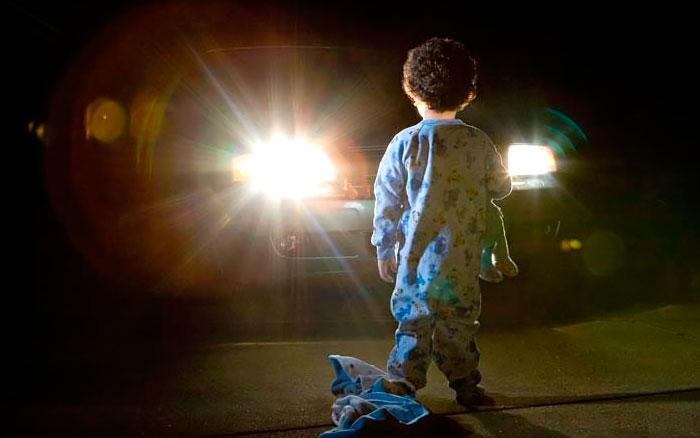 Ребенок ночью на дороге